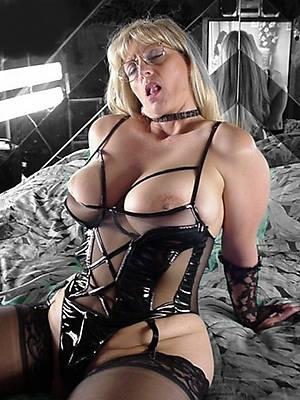amateur mature women posing lay bare