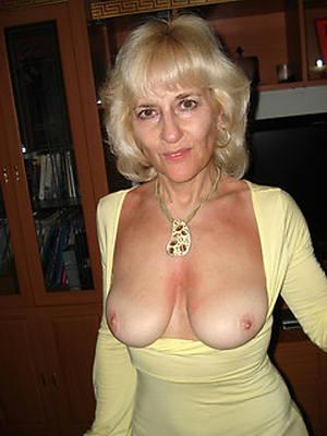 saggy mature boobs posing nude