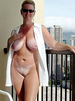 sexy full-grown cougar posing nude