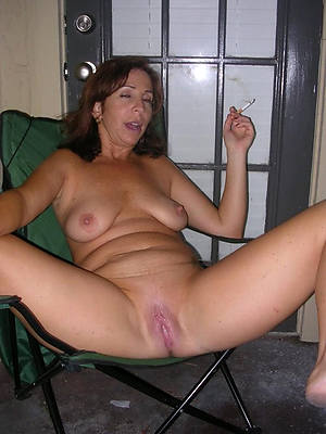 amateur mature shaved pussy posing nude
