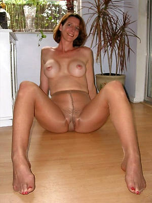 matures adjacent to pantyhose shows pussy