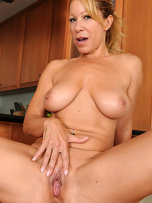 mature nude blondes shows pussy