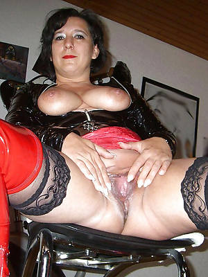 hot mature in latex shows pussy