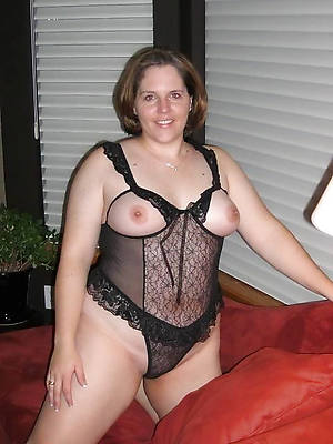 chubby matured women displaying her pussy
