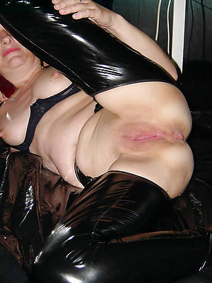 scalding matures in latex displaying her pussy